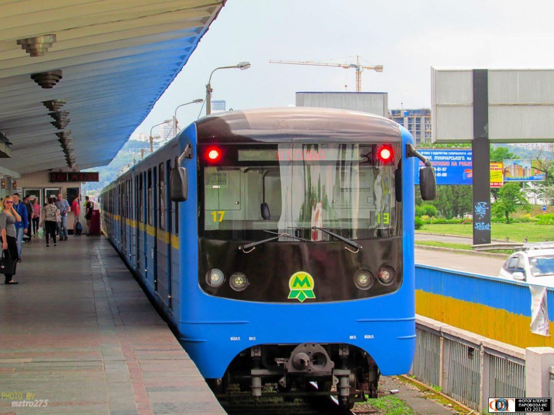 Вкиевском метро умер мужчина, катавшийся накрыше вагона