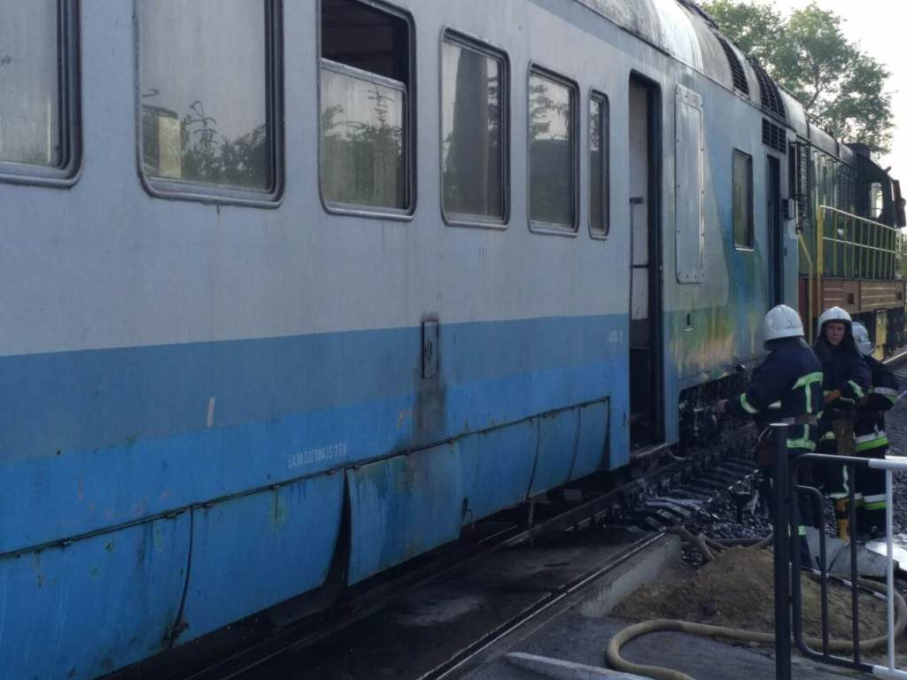 Поезд зажегся находу, пассажиры выскакивали изокон
