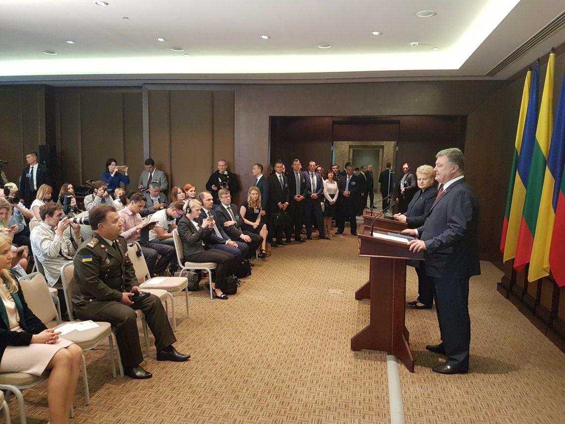 Порошенко пообіцяв підписати законопроект про курс України начленство вНАТО