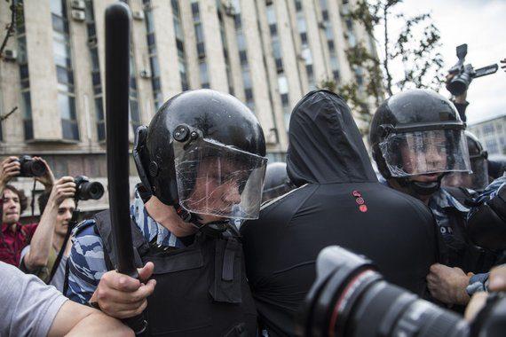 ЄС закликає владу Росії звільнити затриманих учасників протестів