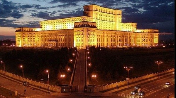 Парламент Румынии вынес вотум недоверия премьеру