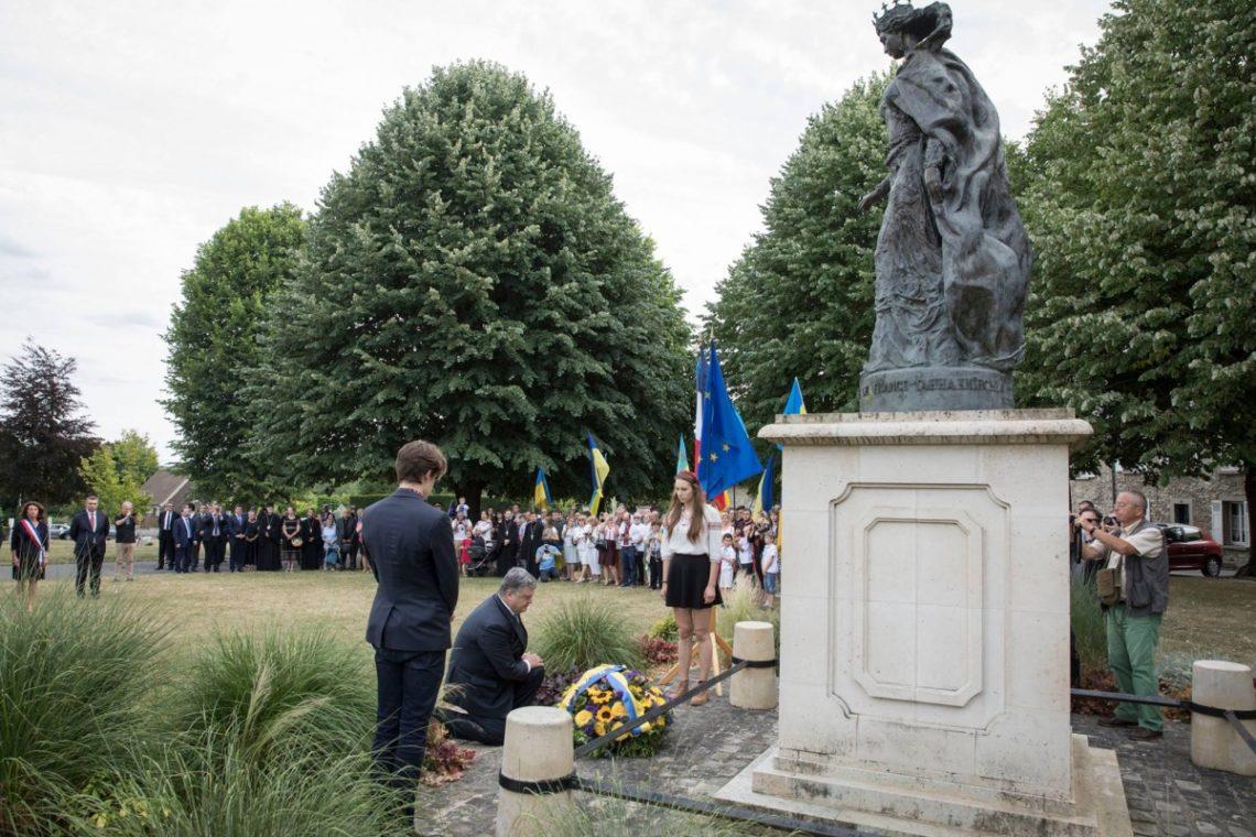 Во время рабочей поездки во Францию президент Петр Порошенко посетил город Санлис где почтил память Анны Киевской- Королевы Франции и вст