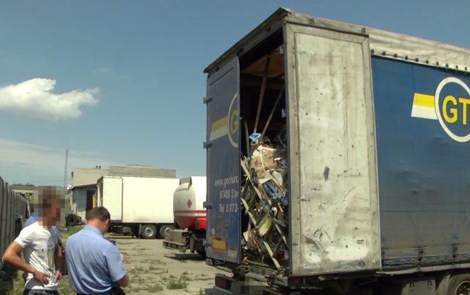 ВЧеркассах полиция задержала грузовик сльвовским мусором