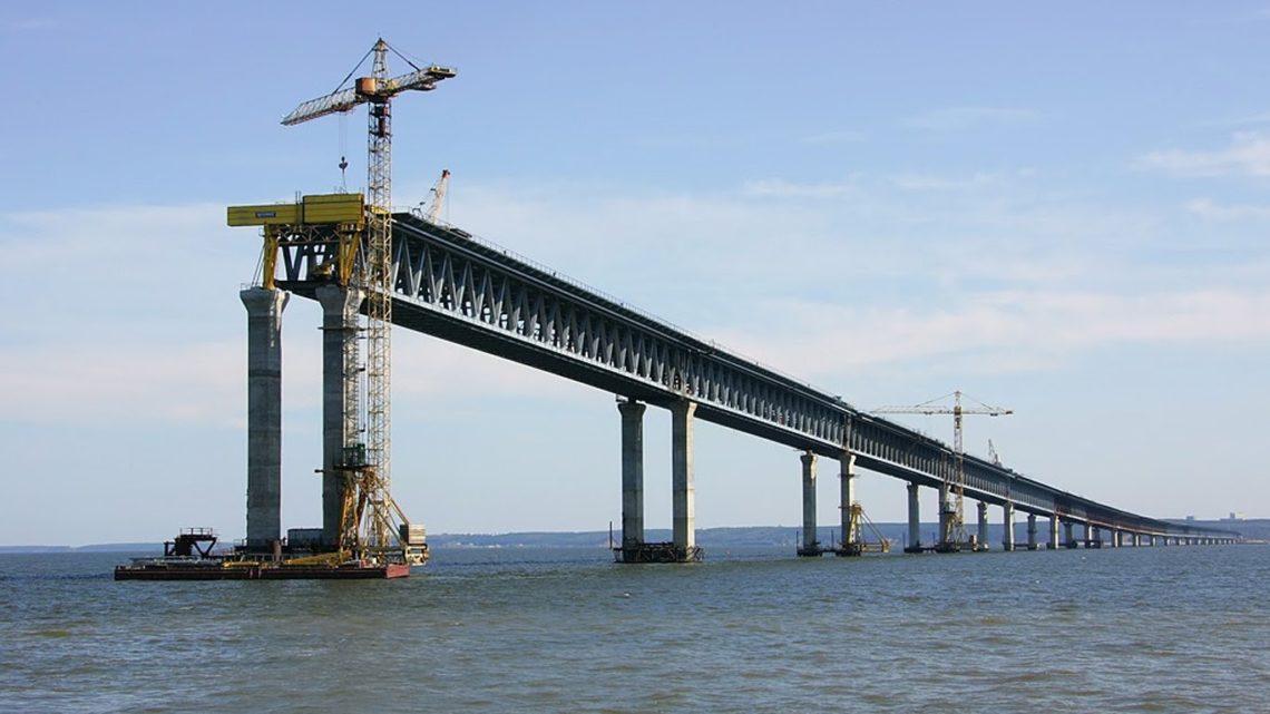 ВКерчь прибыла первая плавучая опора для транспортировки большущих арок моста