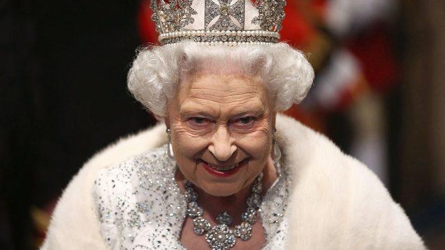 Королева Великобритании Елизавета II заявила что передаст свой трон старшему сыну Чарльзу принцу Уэльскому