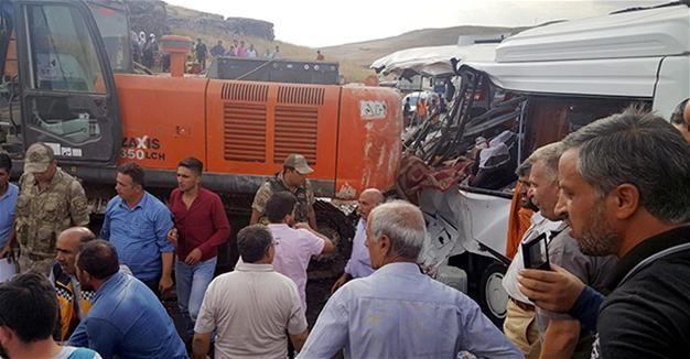 ВТуреччині підйомний кран впав наавтобус, 7 осіб загинуло