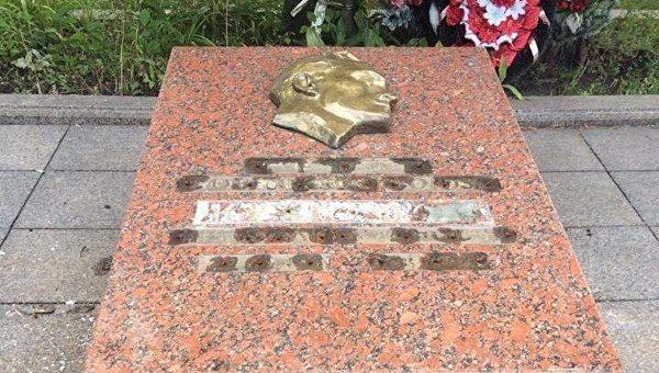 Неизвестные похитили металлические буквы и цифры с надгробной плиты на могиле Героя Советского Союза разведчика Николая Кузнецова, захороненного во Львове.