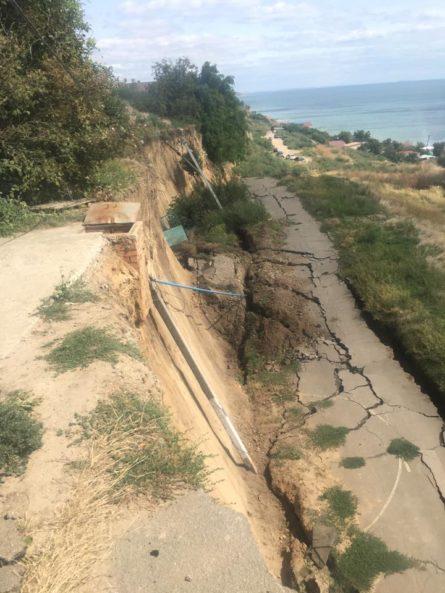29 августа в селе Фонтанка Лиманского района Одесской области обрушилась часть улицы, прилегающей к обрывистому берегу.