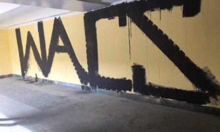 Неизвестные облили черной краской стены и потолок отремонтированного подземного перехода, который находится возле здания Министерства обороны Украины на Воздухофлотском проспекте в Киеве.
