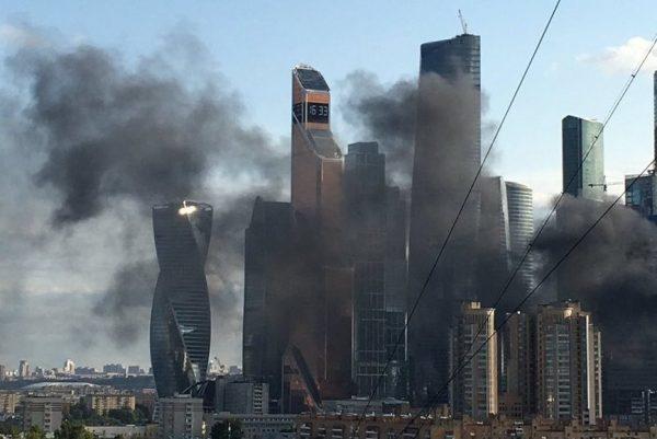Строящуюся высотку у«Москва-Сити» гасят пожарные