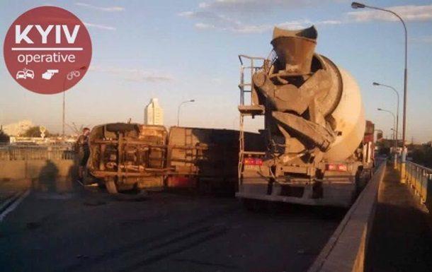 Из-за столкновения 2-х фургонов перекрыто движение наБогатырской