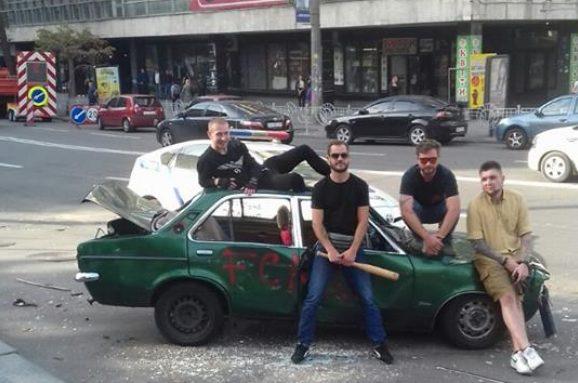 НаЛьвовской площади вандалы битами под видео разгромили автомобиль— милиция вкурсе