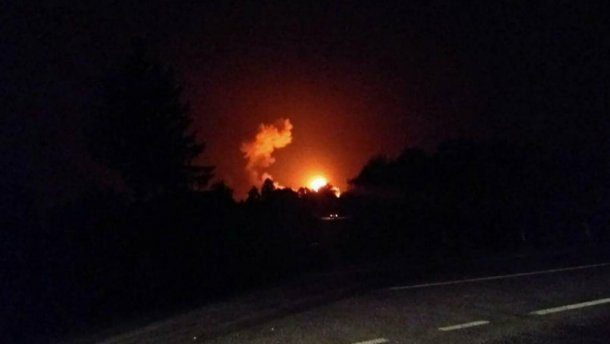 Винтернете появилось видео крупного пожара наскладе боеприпасов под Винницей
