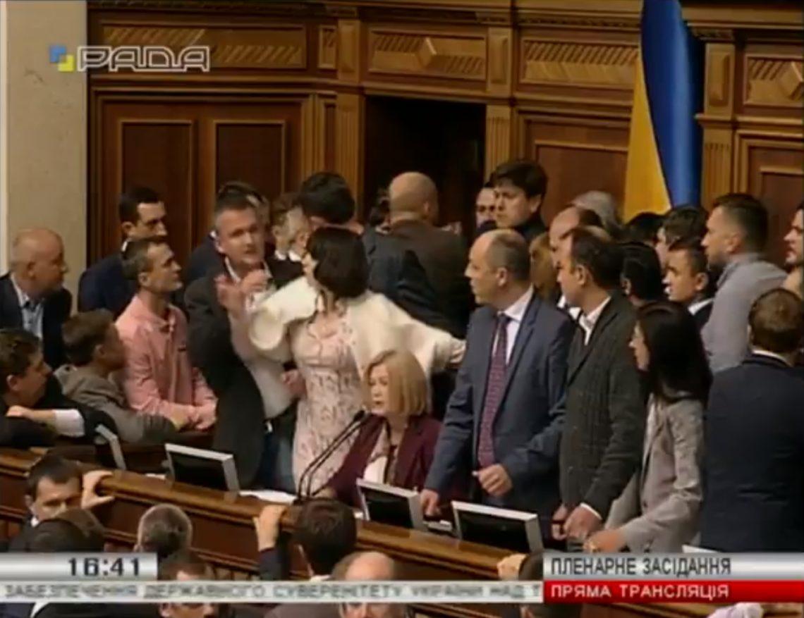 ВВерховной Раде началась потасовка из-за законопроектов поДонбассу