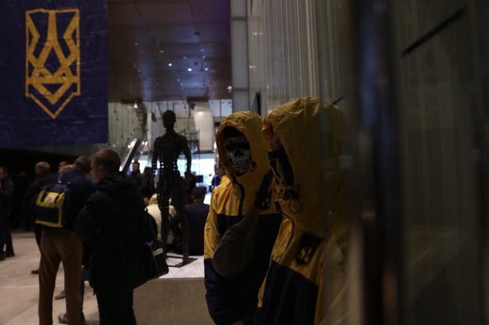 В понедельник, 16 октября, представители Национального корпуса, Свободы и Правого сектора заявили, что взяли здание вертолетной площадки экс-президента Виктора Януковича на Парковой дороге в Киеве под свой контроль.