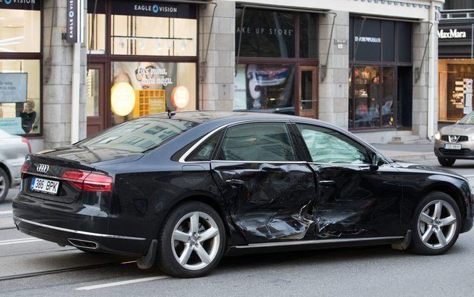Неизвестный автомобиль протаранил машину премьера Эстонии вТаллине