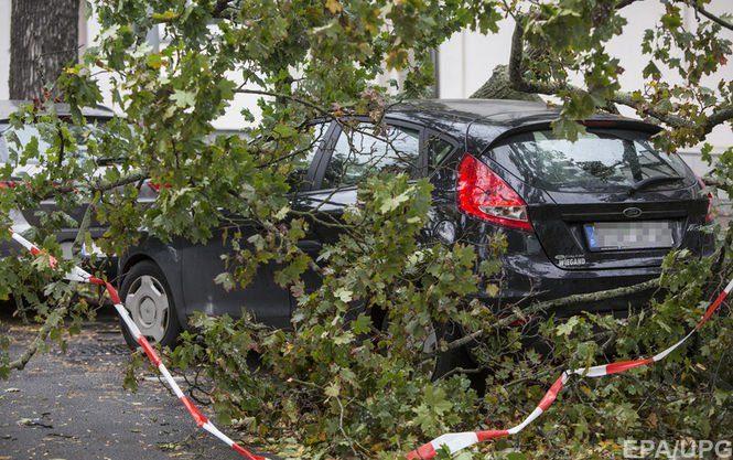 В результате непогоды со шквальным ветром от которой сейчас страдает ряд стран Центральной и Западной Европы погибли по меньшей мере