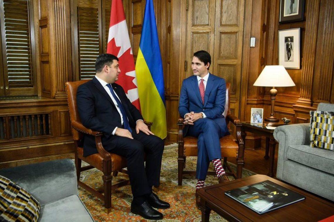 Царский подарок: Гройсман подарил премьеру Канады набор носков из Украинского государства