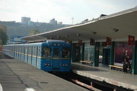 Напути киевского метро упал человек