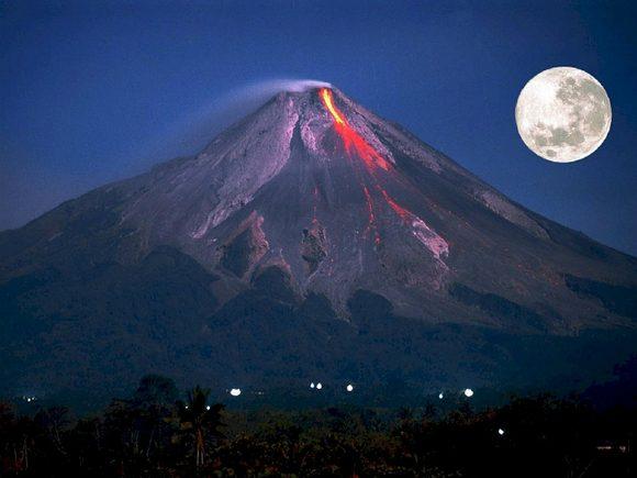 ВИндонезии началось извержение вулкана Агунг, туристов предупредили заранее