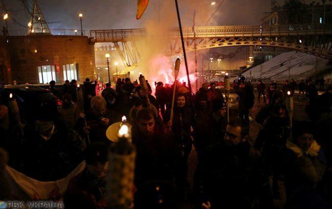 Факельное шествие вКиеве: правоохранителей забросали фаерами под зданиемАП