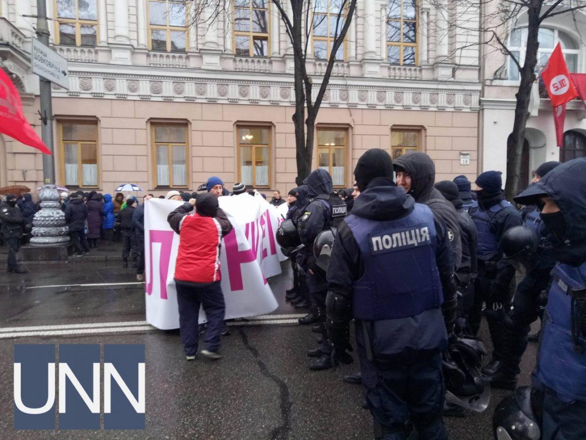 Под Радой митингуют около 1 000  человек