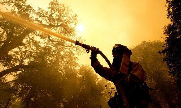 Два человека погибли впламени природных пожаров вКалифорнии