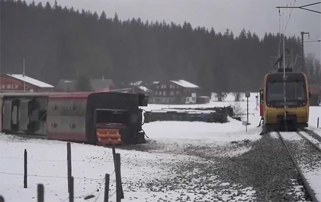 Стихія в Європі: потужний ураган здув потяг