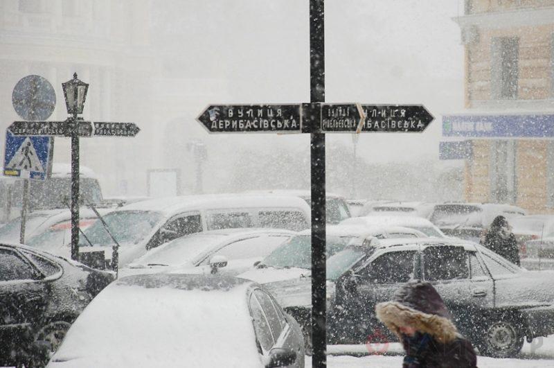 Одесские трамваи итроллейбусы ходят качественно невзирая наснегопад