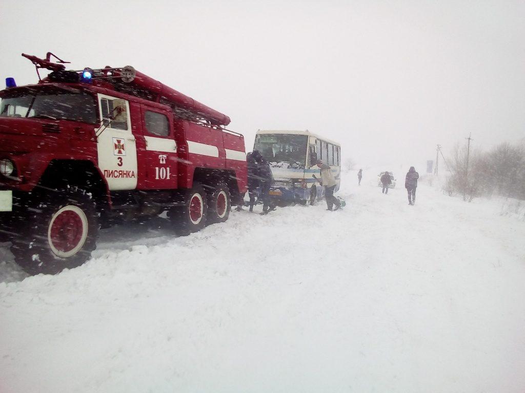 Неменее 60 населенных пунктов остались без света— Снегопад вгосударстве Украина