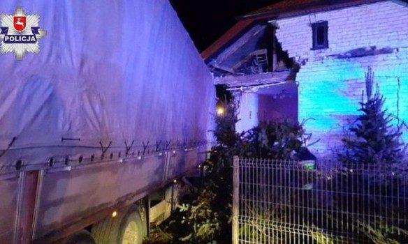 ВПольше украинец уснул зарулем фургона иврезался вдом