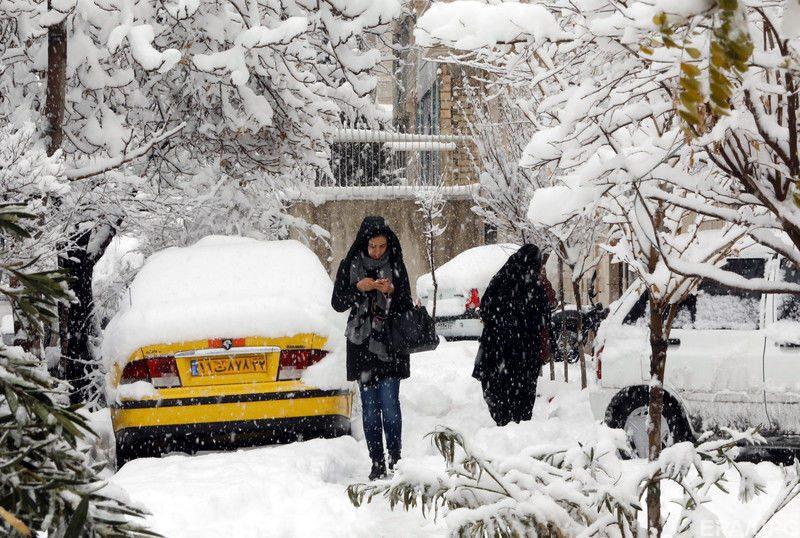 В Ірані через снігопади закрили аеропорти і школи