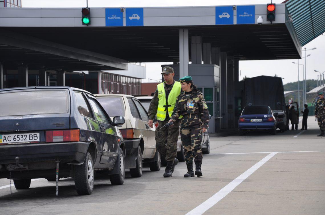 Украинские пограничники переходят на усиленный режим на границе с Польшей. На пунктах пропуска фиксируется увеличение количества грузовы