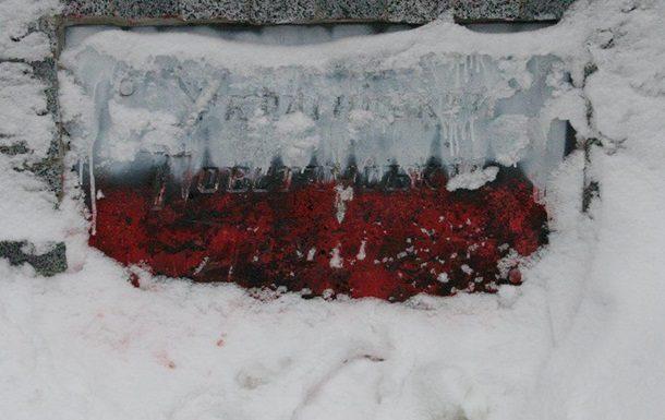 Неизвестные нарисовали на памятнике погибшим воинам УПА полосы белого и красного цвета. Информация зарегистрирована в журнале единого учета правонарушений.