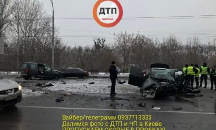 В Киеве на проспекте Лобановского в четверг, 15 февраля, столкнулись два легковых автомобиля, погиб капрал полиции, также есть пострадавшие.