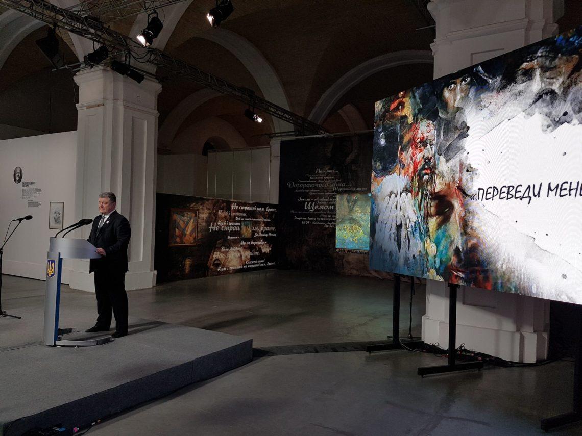 Порошенко подписал закон опенсиях семьям погибших активистов Революции Достоинства