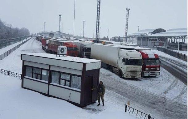 Украинские таможенники докладывают оскоплении около 100 фур награнице сРФ
