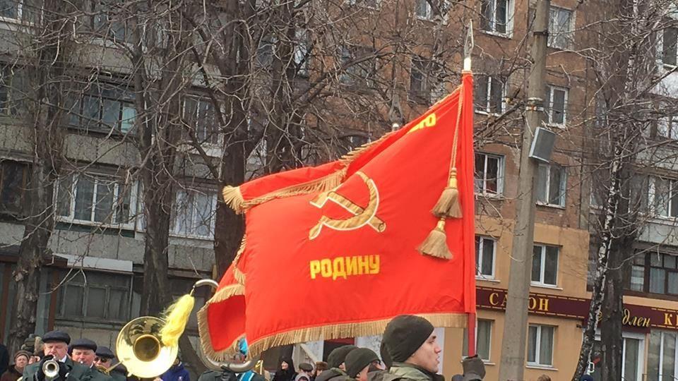 Марш Нацгвардии под советским флагом вКривом Роге: полетели первые «головы»