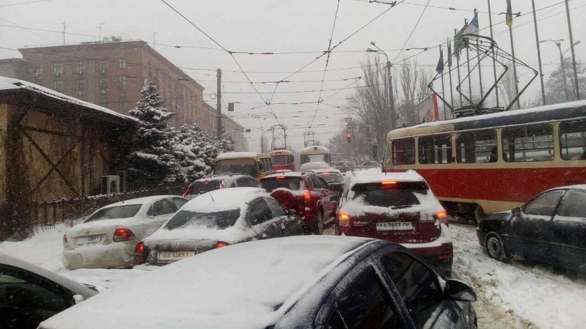 ВКиеве авто, которые мешают расчистке снега, будут забирать эвакуаторы