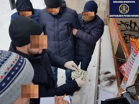 Ваэропорту «Борисполь» навзятке поймали главных инспекторов таможни