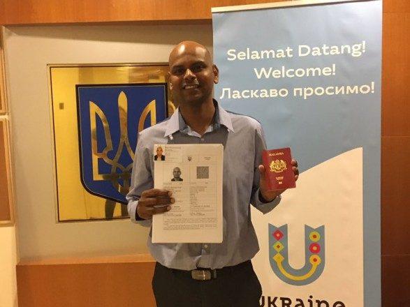 Україна видала першу електронну візу іноземцю: стало відомо кому