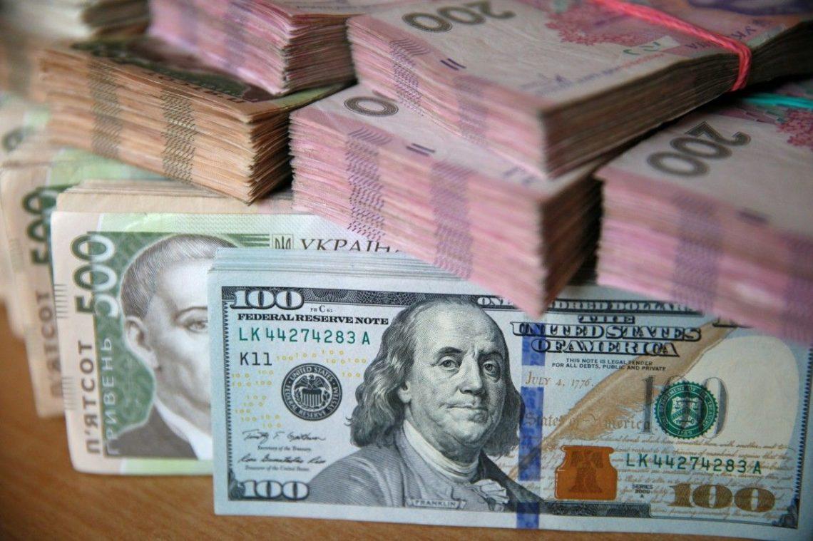 Украинцы вначале весны продали валюты больше, чем приобрели