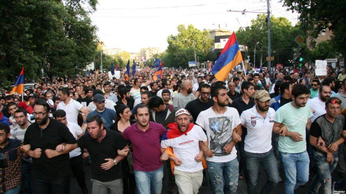Лидер протестов метит впремьеры Армении