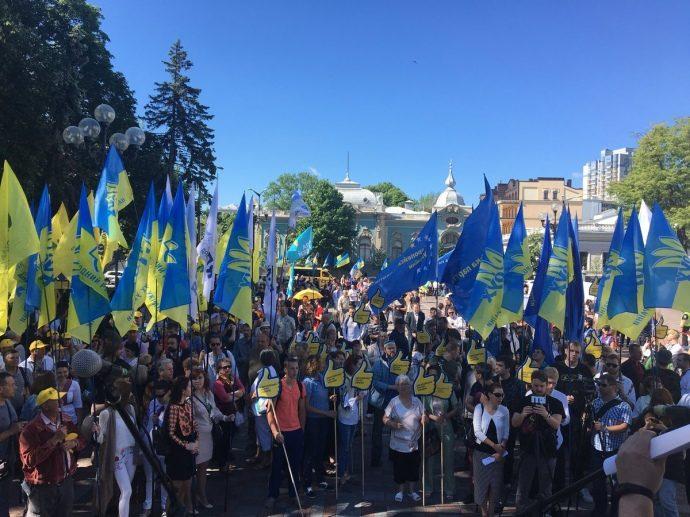 Под Радой устроили массовый протест: что требуют митингующие