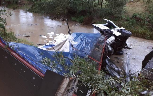 На Закарпатті вантажівка з'їхала з мосту.  За вказаним фактом відкрито кримінальне провадження.