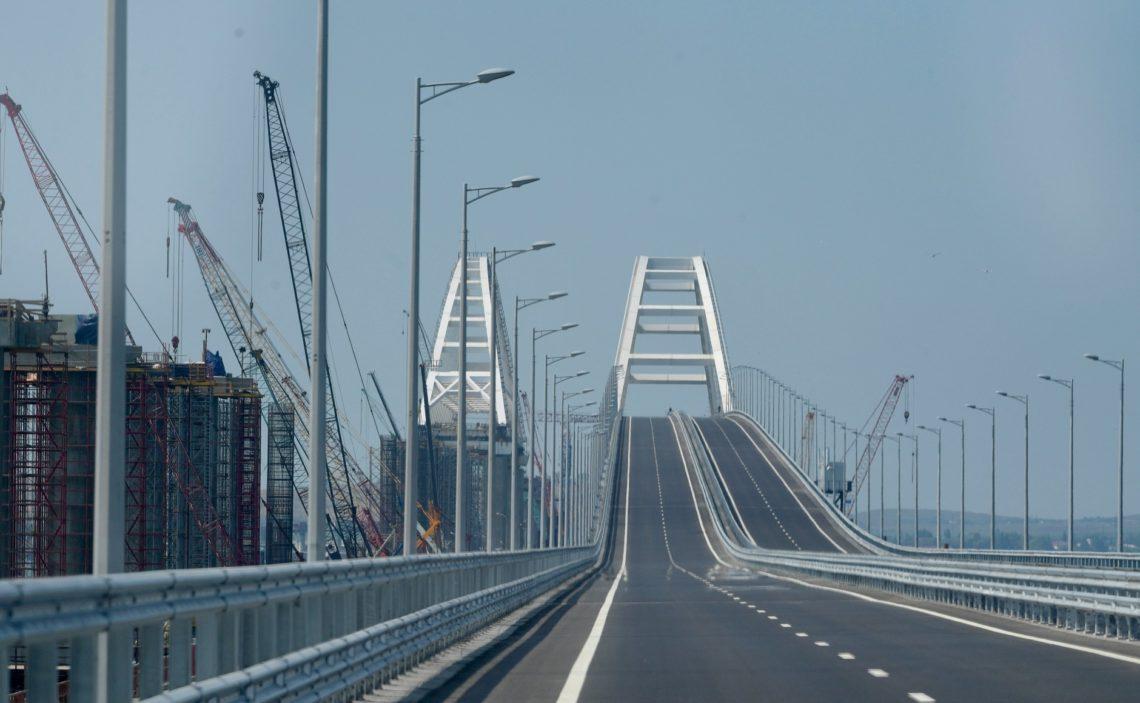 Керченский мост рушится но опоры моста не были повреждены во время события поэтому несущая способность здания не нарушена