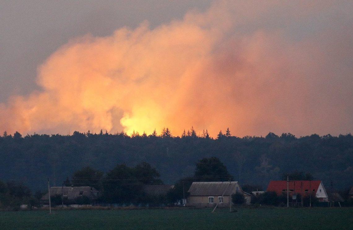 Возле Ични в Черниговской области до сих пор фиксируют взрывы разной интенсивности. Спасатели рассказали о перекрытых дорогах и эвакуации