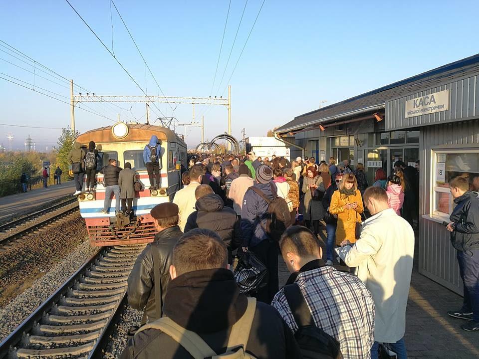 Жители Троещины утром заблокировали пути городской электрички, требуя соблюдать график движения и увеличить количество вагонов в поезде. Поезд простоял один час.