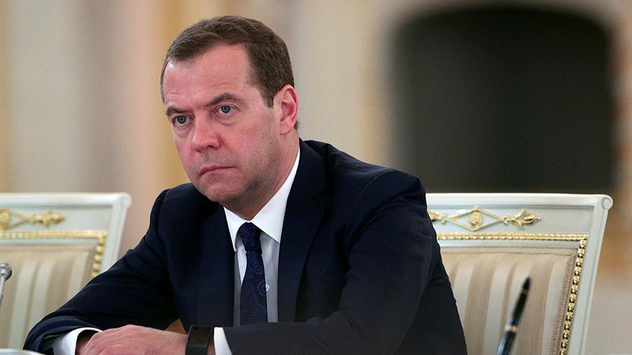 Премьер-министр РФ Дмитрий Медведев заявил что санкции России в отношении Украины коснутся сотен граждан страны и компаний которые они