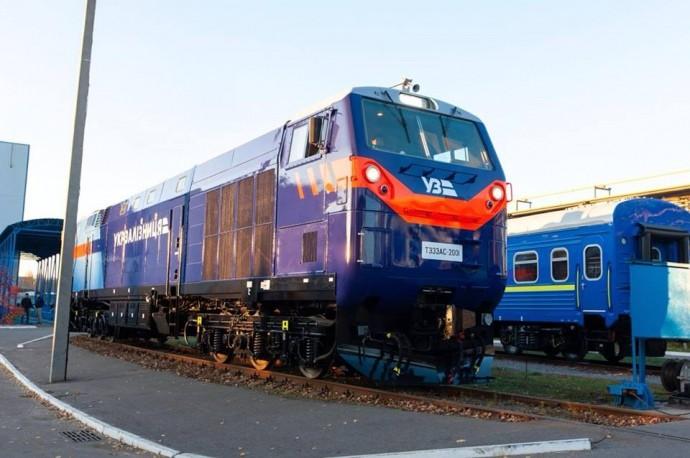 Локомотив зрузив з місця склад із 48 навантажених вагонів загальною вагою 4500 тонн і відправився на станцію Ромодан у Полтавській області.